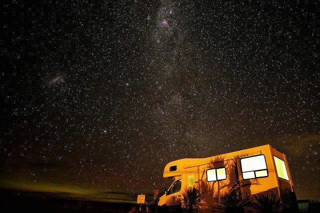 karavan pod hvězdami