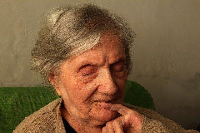 stará žena se zavřenýma očima