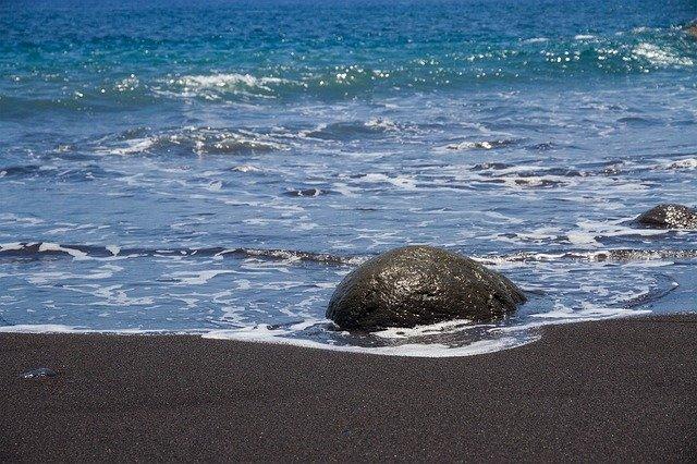 pláž s kameny
