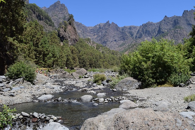 horská řeka s kameny