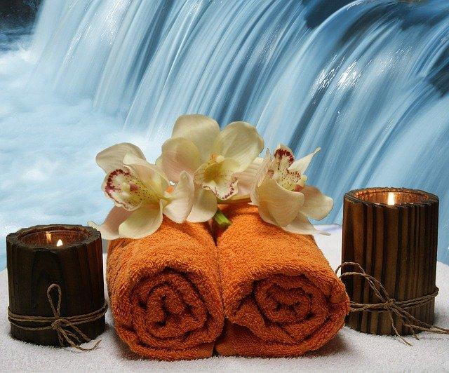 ručníky, svíčky, vodopád, květiny