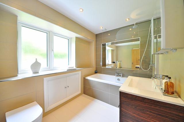 luxusní koupelna s oknem