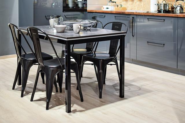 4 židle se čtvercovým stolem