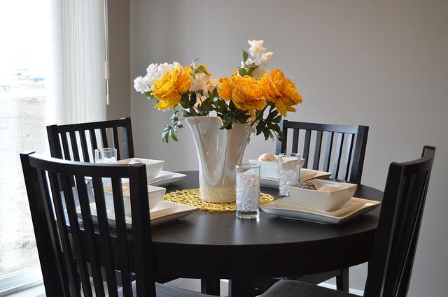 tmavý dřevěný nábytek – kulatý stolek + 4 židle