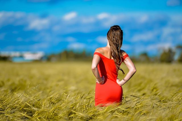 dívka v trávě.jpg