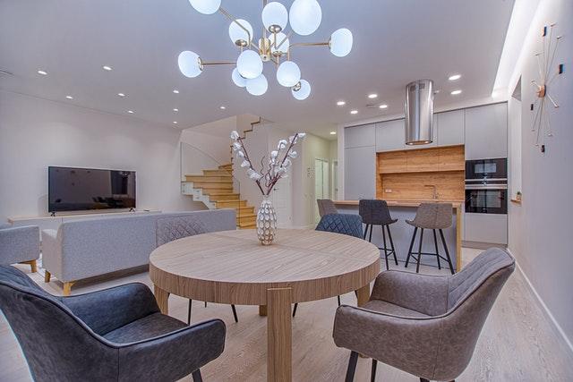 obývák, kuchyňský kout, kulatý stůl