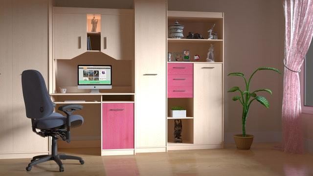 pokoj, růžovo-hnědá skříň
