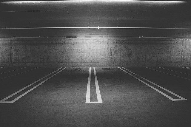 prázdná velká garáž