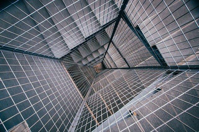 schodiště kolem výtahu