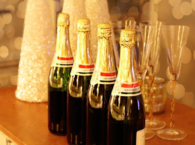 Lahve se šampaňským připravené k přípitku