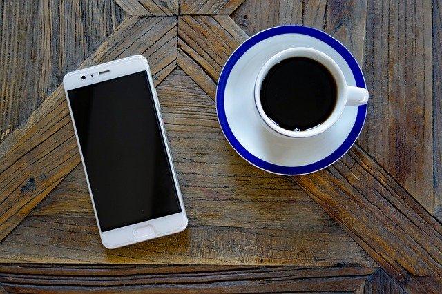 bílí smartphone